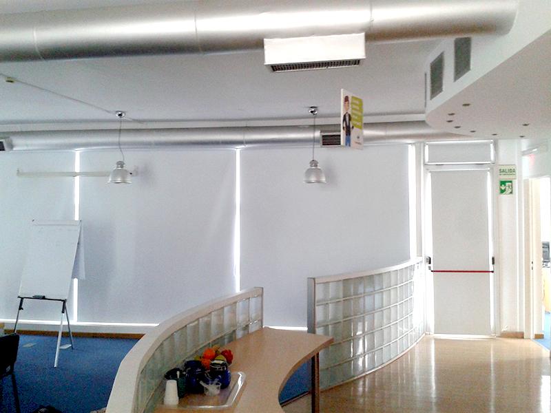cortinas roller black out en sala de reuniones