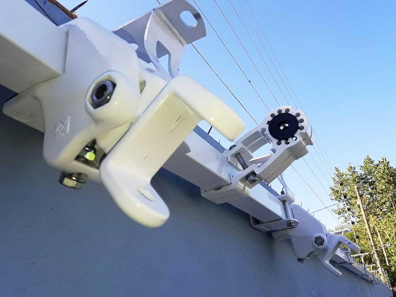 Detalle de los soportes y máquina italiana BAT para toldo de brazos invisibles barracuadra