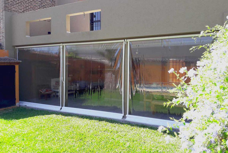 Cerramiento con toldos en pvc cristal transparente san for Lonas para jardines verticales