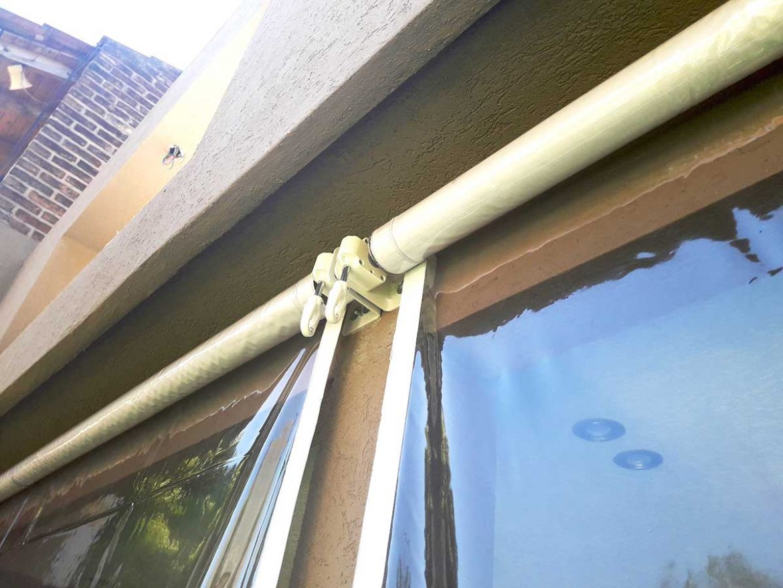 Detalle de maquina italiana, soportes, refuerzos en lona plavilón blanca y lona PVC transparentetoldo-vertical-pvc-trasparente.