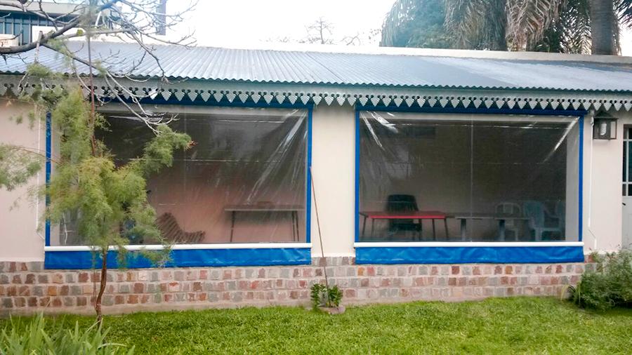 Toldo vertical pvc cristal colegiales cortinas roller for Ganchos para toldos