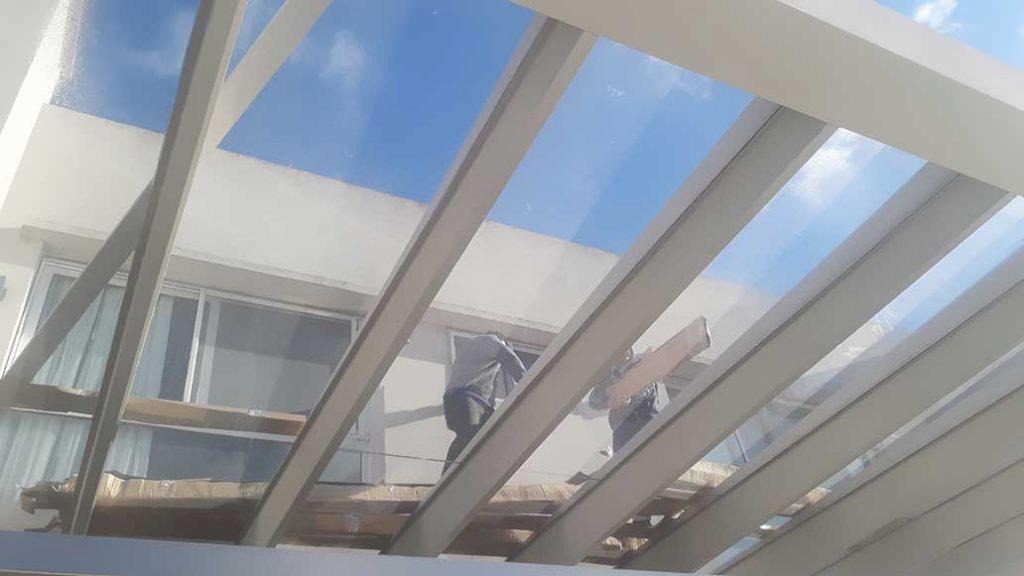 trabajando e instalando toldo techo giotto bat nordelta tigre galería cerramiento traslucido toldo lona
