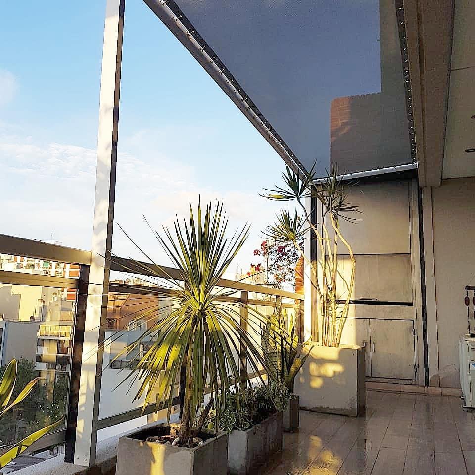 toldo en balcón con pérgola de aluminio en lona microperforada sunworker dickson