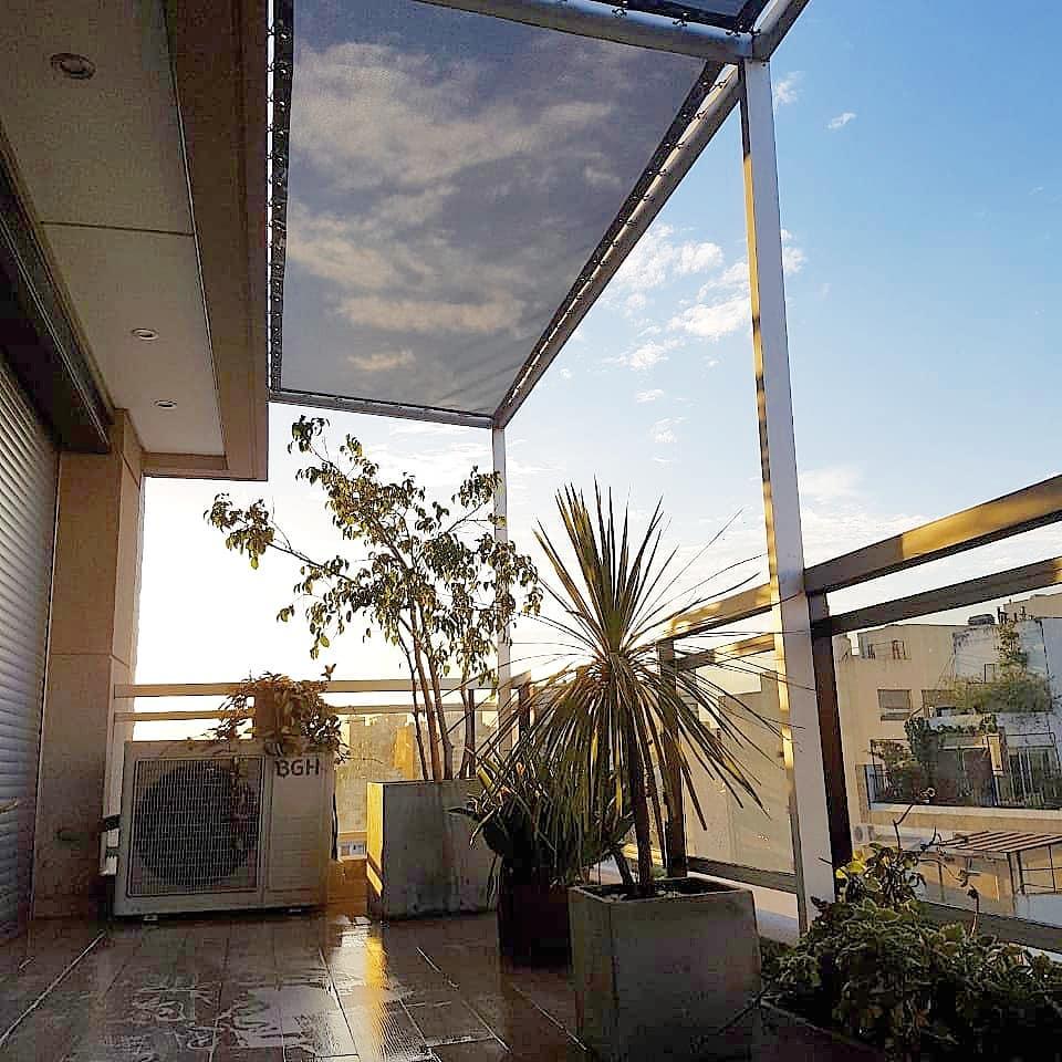 pergola de aluminio con lona-microperforada sunworker visual y confort solar