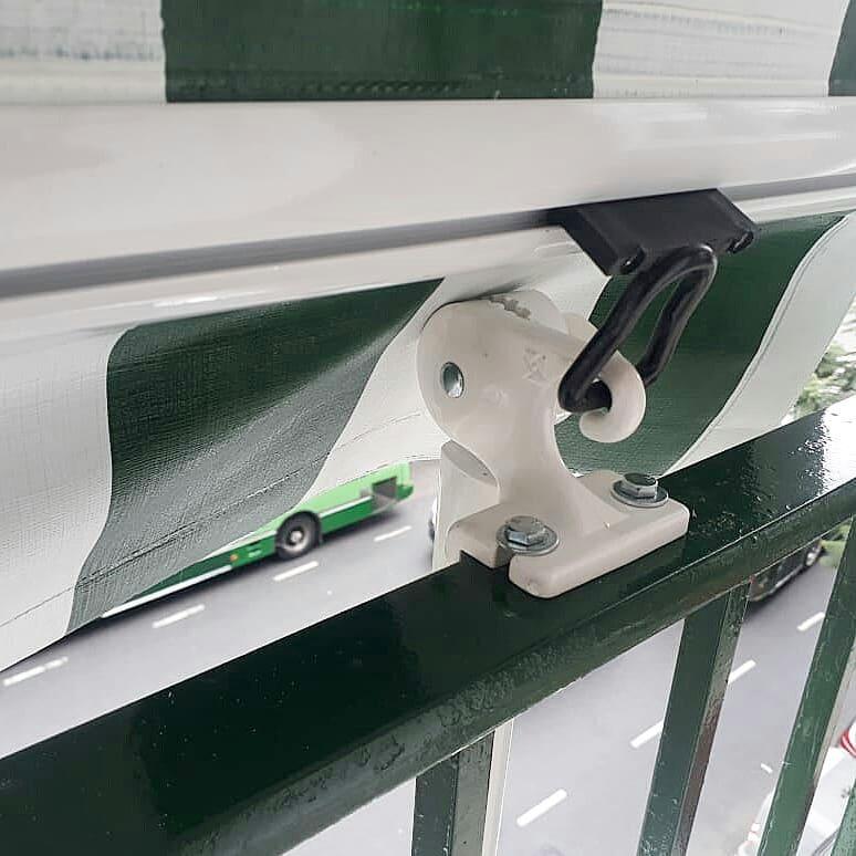 Detalle del encanche del brazo balcón cuando el brazo está plegado.